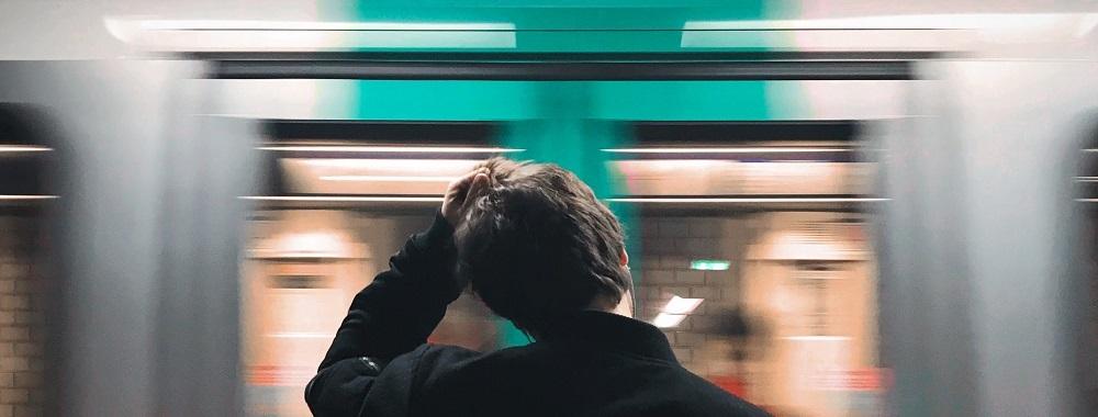 Mann vor U-Bahn