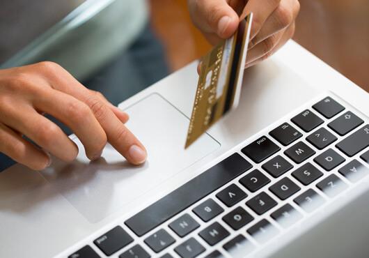 Kreditkarte und Laptop