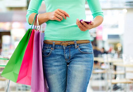 Frau Shopping mit Smartphone
