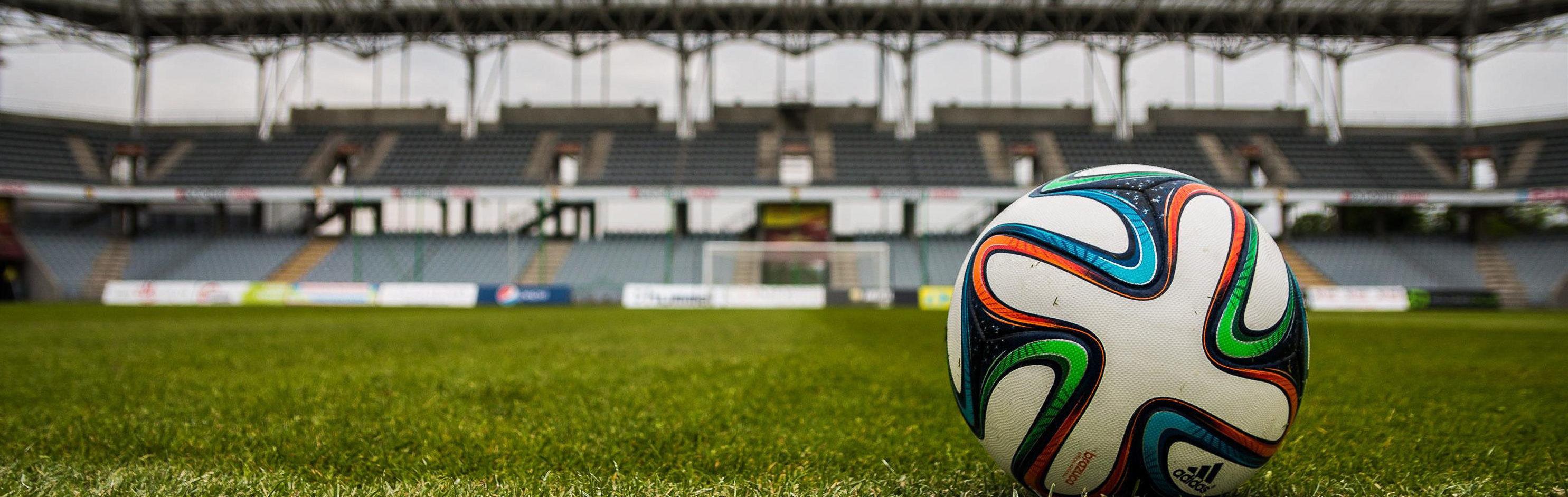 Fußballfeld und Ball