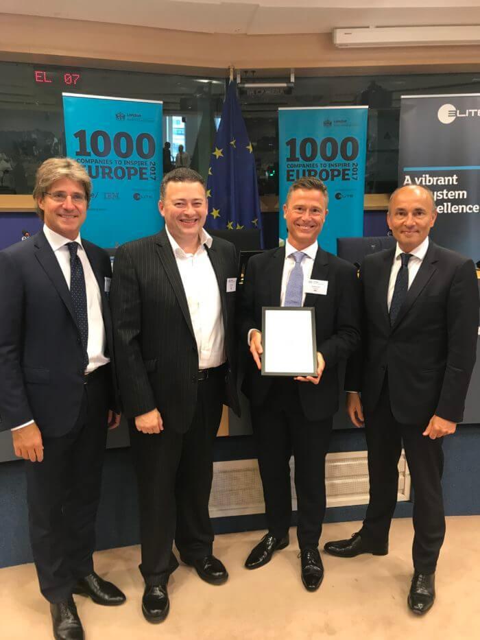 CEO de Esendex regiendo diploma 1000 empresas que inspiran a europa