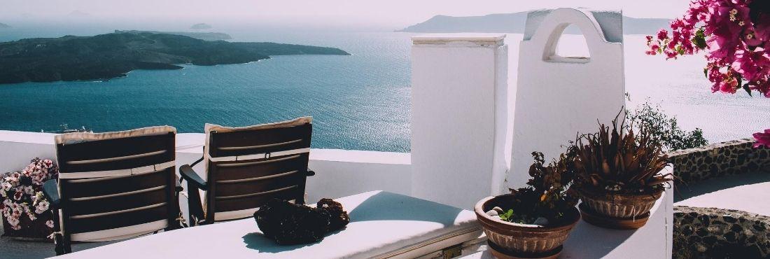 Terraza de un hotel con paredes blancas y vistas a la playa