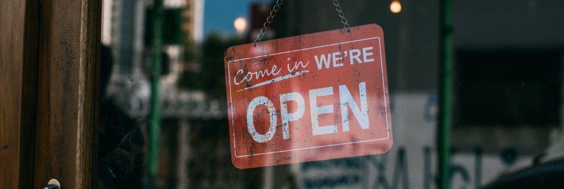 """Señal que pone """"open"""" en la puerta de una tienda"""