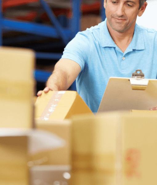 Hombre en almacen logistico