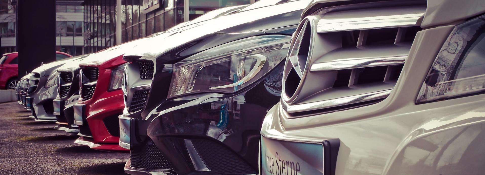 coches aparcados en fila