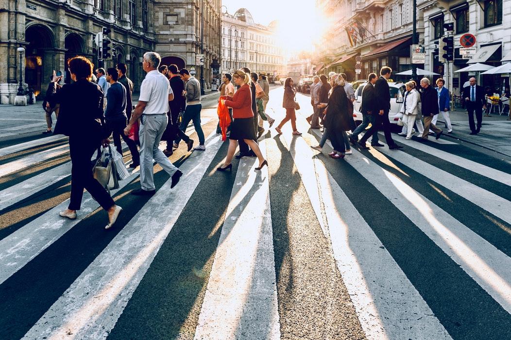 clients qui traversent la rue pour faire du shopping