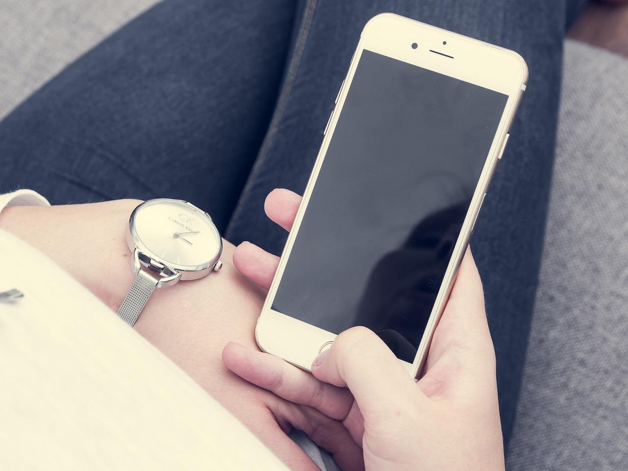 Image d'une femme envoyant un SMS