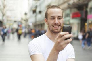 Image d'un homme recevant un sms