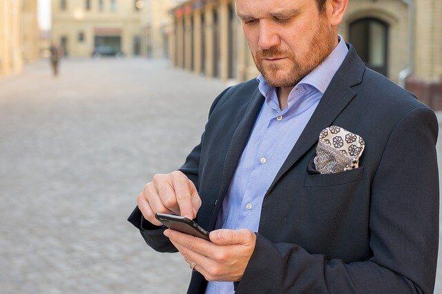Businessman envoyant un SMS