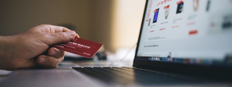 hombre pagando con tarjeta en un ecommerce